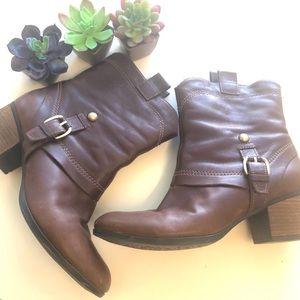 Clark's brown leather boots w low heel 8.5